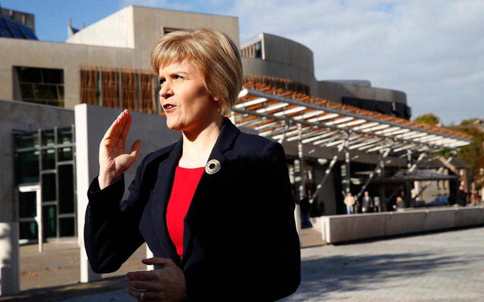 H πρωθυπουργός της Σκωτίας Νίκολα Στέρτζον μπροστά από το κοινοβούλιο στο Εδιμβούργο.