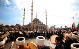 Τσετσένοι παίρνουν μέρος σε θρησκευτική τελετή των Σούφι, έξω από τέμενος στο κέντρο του Γκρόσνι.