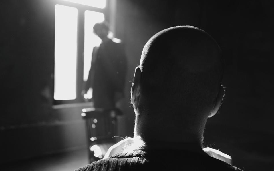 Στιγμιότυπο από το έργο «Lebensraum» του Θανάση Τριαρίδη, σε σκηνοθεσία Πηγής Δημητρακοπούλου.