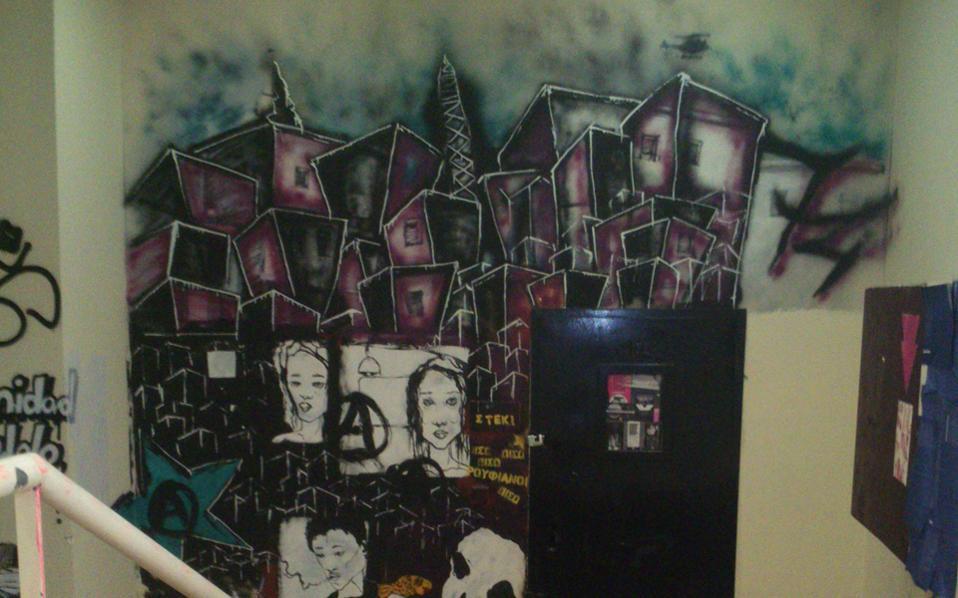 Συνθήματα και γκράφιτι σκεπάζουν τοίχους, σκάλες, θρανία και έδρανα στα περισσότερα πανεπιστημιακά κτίρια της χώρας (παλαιότερη φωτογραφία από τη Νομική Σχολή Αθηνών).