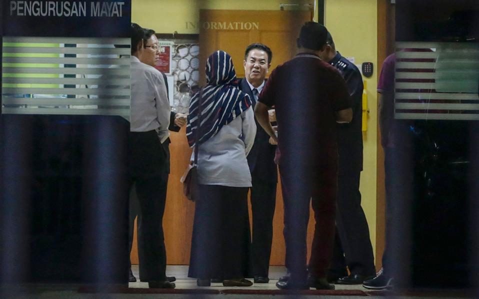 Ο πρεσβευτής της Βορείου Κορέας στη Μαλαισία ενώ επισκέπτεται το νεκροτομείο του Γενικού Νοσοκομείου της Κουάλα Λουμπούρ, όπου μεταφέρθηκε η σορός του δολοφονημένου Κιμ Γιονγκ Ναμ.