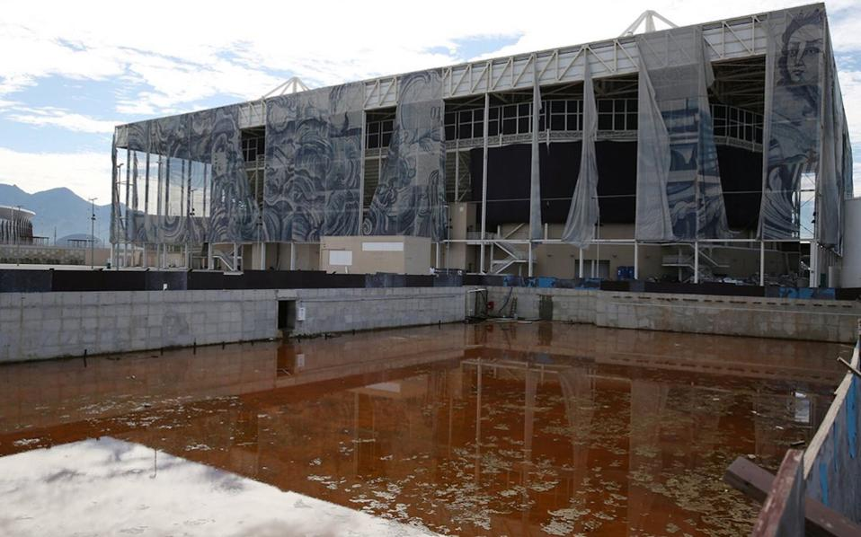 Αποκαρδιωτική είναι η εικόνα πολλών ολυμπιακών εγκαταστάσεων στο Ρίο. Πισίνες έχουν μετατραπεί σε εστίες μόλυνσης, γήπεδα του γκολφ έχουν ρημάξει, τηλεοράσεις έχουν κλαπεί, ενώ εκατοντάδες καρέκλες του θρυλικού Μαρακανά έχουν πεταχτεί σε χώρους που θυμίζουν χωματερή.
