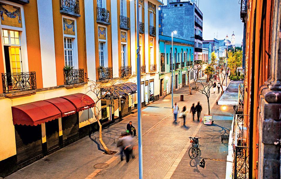 Στο κέντρο της Πόλης του Μεξικού η ζωή συνεχίζεται όταν πέφτει η νύχτα: μπαρ, εστιατόρια και καφέ υπάρχουν σε κάθε γωνιά του. (Φωτογραφία: shutterstock)
