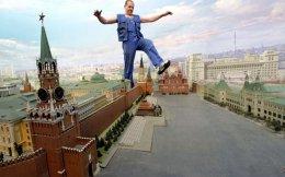 Καθαριστής προσπαθεί να διασχίσει ένα διόραμα της Μόσχας όπως ήταν το 1977, επί σοβιετικού καθεστώτος, χωρίς να κάνει ζημιά. Η μακέτα είχε στηθεί σε πολυκατάστημα της Μόσχας το 2006. Η πτώση της ΕΣΣΔ, εκτός από τις βεβαιότητες που γκρέμισε, επέφερε στη μετασοβιετική κοινωνία απανωτά και ισχυρά πλήγματα.
