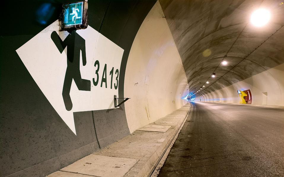 Κάθε 300 μέτρα υπάρχει εγκάρσια σήραγγα που συνδέει τους δύο κλάδους κατεύθυνσης.