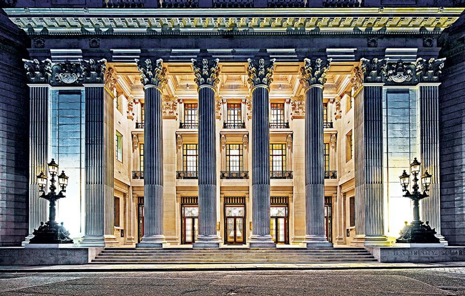 Λονδίνο. Η πρόσοψη με τους φανοστάτες και τους τεράστιους κίονες  προϊδεάζει τον επισκέπτη για μια πολυτελή διαμονή. (Φωτογραφία: Richard Bryant)