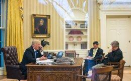 Από αριστερά, ο Αμερικανός πρόεδρος Ντόναλντ Τραμπ, ο σύμβουλος Εθνικής Ασφαλείας του Λευκού Οίκου Μάικλ Φλιν και ο πολιτικός σύμβουλος του προέδρου Στιβ Μπάνον, ο οποίος θεωρείται εμπνευστής του προεδρικού διατάγματος για προσωρινή απαγόρευση εισόδου προσφύγων και πολιτών από επτά μουσουλμανικές χώρες στις ΗΠΑ.
