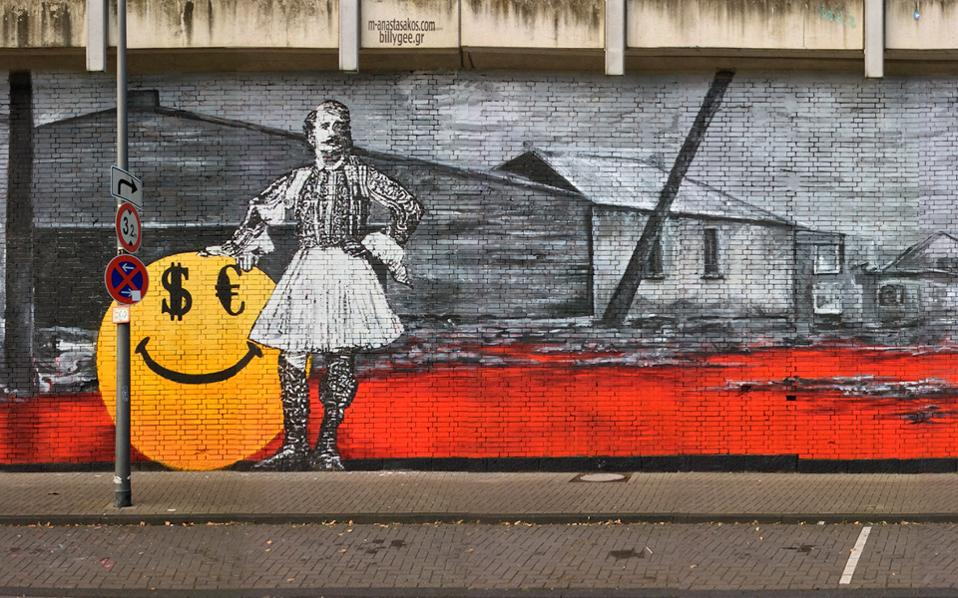 «Περήφανος;» είναι ο τίτλος του έργου που παρουσιάζει έναν τσολιά να στηρίζεται σε ένα μεγάλο κίτρινο smiley, και ο οποίος πλαισιώνεται από εικόνες του Πειραιά όπως ήταν πριν από δεκαετίες.