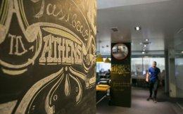 Τα γραφεία της εταιρείας στην Αθήνα, μοντέρνα διακοσμημένα και με «αέρα» εξωτερικού.