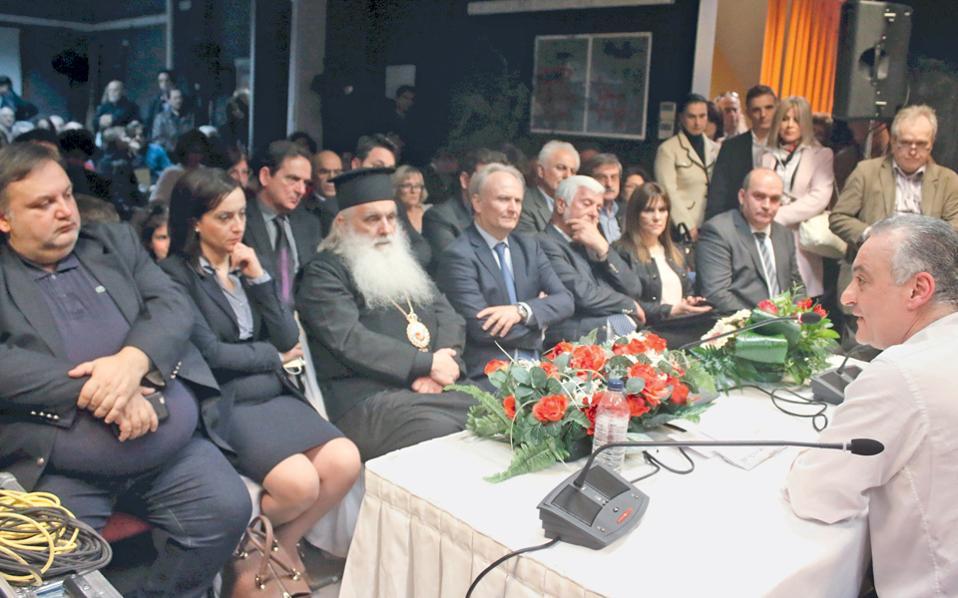 Αν αναρωτιέστε πόσο Ευρώπη είμαστε, ιδού πόσο Ευρώπη είμαστε. Η φωτογραφία είναι από εκδήλωση στο Ναύπλιο για τα 60 χρόνια από τη Συνθήκη της Ρώμης, με ομιλητές τους Π. Τατούλη και Μ. Κεφαλογιάννη. (Εντύπωση μου κάνει η ασυνήθιστη εγγύτητα των καθισμάτων στην έδρα του ομιλητή. Να είναι μια έμμεση υπόμνηση, εκ μέρους των οργανωτών της εκδήλωσης, στη θεμελιώδη αξία του Υπαρκτού Ελληνισμού «πρώτο τραπέζι πίστα»;)