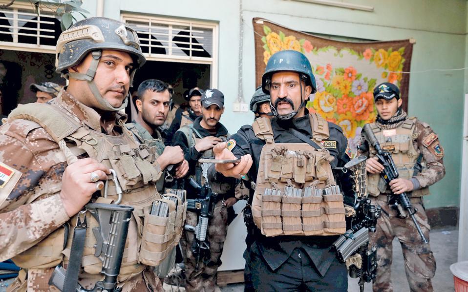 Μέλη των ειδικών δυνάμεων περιμένουν μέσα σε σπίτι της Μοσούλης να ξεκινήσει μάχη με άνδρες του Ισλαμικού Κράτους στον δυτικό τομέα της πόλης.