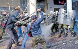 Σε «σύρραξη» με τα ΜΑΤ εξελίχθηκε η προ μηνός εξαγγελθείσα «απόβαση» των αγροτών από την Κρήτη στην Αθήνα για το ασφαλιστικό και το φορολογικό, έξω από το υπουργείο Αγροτικής Ανάπτυξης και τα γραφεία του ΣΥΡΙΖΑ. Οι διαδηλωτές, στη θέα του αποκλεισμένου από τα ΜΑΤ υπουργείου, άρχισαν να σπάνε με τις κατσούνες τις κλούβες των ΜΑΤ, τα οποία «απάντησαν» με χρήση χημικών. Η κατάσταση ξέφυγε εκτός ελέγχου, με εκτεταμένα επεισόδια και μάχες σώμα με σώμα. Τα επεισόδια συνεχίστηκαν στην πλατεία Κουμουνδούρου, όπου οι διαδηλωτές έκαψαν και μία σημαία του κυβερνώντος κόμματος.