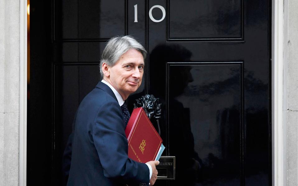 Ο Βρετανός υπουργός Οικονομικών Φίλιπ Χάμοντ παρουσίασε τον ενδιάμεσο προϋπολογισμό του για το 2017, με αισιόδοξες προβλέψεις για την ανάπτυξη. Τις συνόδευε, ωστόσο, με επώδυνα μέτρα, όπως η αύξηση της φορολογίας για τους αυτοαπασχολουμένους.