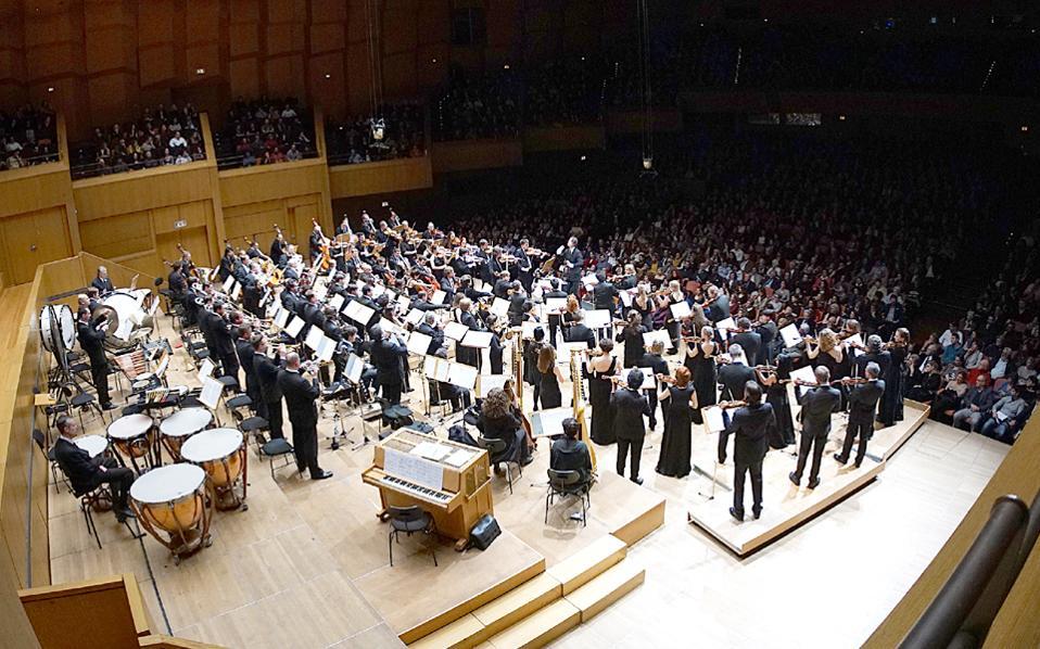 Μυσταγωγία προχθές στην Αίθουσα Χρήστος Λαμπράκης στο Μέγαρο Μουσικής, όπου ο Θεόδωρος Κουρεντζής με την ορχήστρα του απογείωσε το κοινό, χαρίζοντας μια σπάνια εμπειρία.