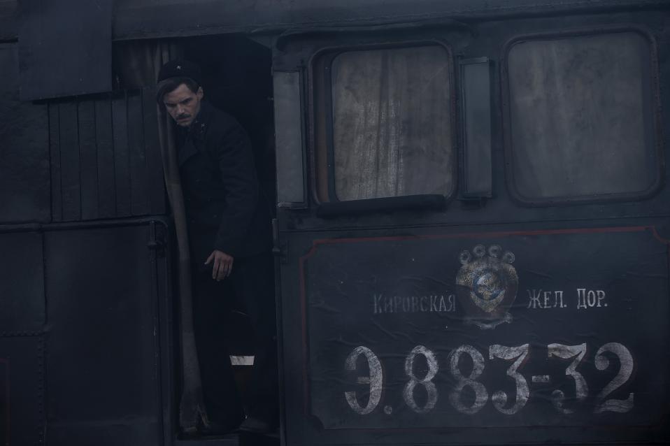 Για την 75η επέτειο από την πολιορκία του Λένινγκραντ. Ο πρωταγωνιστής Artyom Alexeev απαθανατίζεται σε μια σκηνή από το στρατιωτικό δράμα «Corridor of Immortality». Η ταινία την παραγωγή της οποίας έχει αναλάβει η εταιρία Stella είναι μια από τις πολλές «πατριωτικού» θέματος που παράγονται τελευταία στην Ρωσία με την συνολική δαπάνη να φτάνει τα 6,17 δισεκατομμύρια ρούβλια. Η συγκεκριμένη ταινία όμως δεν είχε οικονομική τύχη· η τράπεζα απέσυρε την χρηματοδότηση και αν και τα περισσότερα γυρίσματα έχουν ολοκληρωθεί, μένουν αρκετά να γίνουν. Ετσι οι δημιουργοί της στραφήκαν στο ιντερνετ και βασίζονται σε όσους αναφέρεται η ταινία αλλά και τους λάτρεις της Ρωσικής ιστορίας που θα ήθελαν να αναδείξουν ένα όχι και τόσο γνωστό κομμάτι της. Σε όσους δηλαδή βοήθησαν να δημιουργηθεί η σιδηροδρομική γραμμή μεταξύ Polyana – Shlisselburg, έργο που ολοκληρώθηκε μόλις σε δυόμισι εβδομάδες τον Φεβρουάριο του 1943 με σκοπό  να μεταφέρει εφόδια στην πολιορκημένη πόλη. EPA/SERGEI ILNITSKY