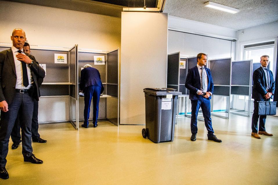 Πόσοι σωματοφύλακες χρειάζονται για να ψηφίσει κανείς; Τουλάχιστον τέσσερις είναι η σωστή απάντηση. Ιδιαίτερα αν είσαι ακροδεξιός υποψήφιος και ονομάζεσαι Geert Wilders. Στην φωτογραφία ο αρχηγός του PVV της Ολλανδίας, ετοιμάζει το ψηφοδέλτιό  του στις εκλογές που παρακολουθεί με μεγάλο ενδιαφέρον όλη η Ευρώπη.  EPA/ROBIN UTRECHT
