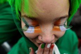 Γιορτάζοντας. Την ημέρα του Αγίου Πατρικίου γιόρτασαν οι Ιρλανδοί και μαζί τους όλος ο κόσμος. Ο λόγος απλός: και αυτοί, σαν τους Ελληνες έχουν μεταναστεύσει στα τέσσερα σημεία του ορίζοντα με μεγαλύτερο ποσοστό τις ΗΠΑ. Ετσι οι εορτασμοί  μοιράζονται μαζί με τον υπόλοιπο πληθυσμό, καθώς βλέπετε, είναι και συμπαθείς. Η  φωτογραφία είναι από την παρέλαση στο Δουβλίνο που βάφτηκε στο πράσινο και μέθυσε στην μπίρα. REUTERS/Clodagh Kilcoyne