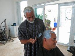 Ξανθοί για την ομάδα. Ξέμεινε από βαφή μαλλιών το Πουέρτο Ρίκο. Η αρχή έγινε με τους παίκτες της ομάδας μπέιζμπολ, που για την συμμετοχή τους στο  World Baseball Classic, έβαψαν όλοι τα μαλλιά τους ξανθά. Αυτό ήταν, δεν έμεινε άνδρας μελαχρινός, ο ένας έβαφε τον άλλο με σκοπό να ενισχύσουν την ομάδα τους όπως οι εικονιζόμενοι Christian Rodriguez και  Yoniel Padro.  (AP Photo/Danica Coto)