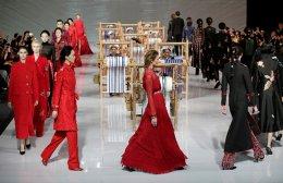 Μόδα και παράδοση. Γύρω από υφάντρες έγινε η πασαρέλα της EVE CINA στην διάρκεια της εβδομάδας μόδας του Πεκίνου. Η κολεξιόν ήταν εμπνευσμένη τόσο από το παραδοσιακό χρώμα της Κίνας όσο και από τα  υφαντά της φυλής Buyi. REUTERS/Jason Lee
