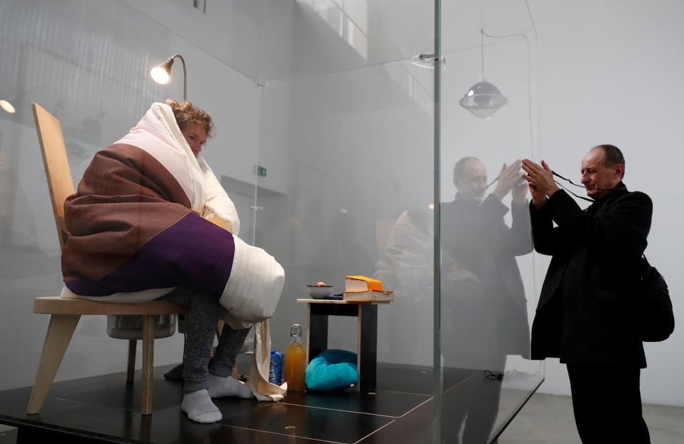 Καλλιτεχνική επώαση. Στα «αβγά» του θα κάτσει για περίπου τρεις εβδομάδες ο Γάλλος καλλιτέχνης Abraham Poincheval. Σύμφωνα με την περφόρμανς που φιλοξενείται  στο Palais de Tokyo Museum του Παρισιού, ο  Poincheval θα προσπαθήσει να επωάσει αβγά κότας, εγχείρημα που θα διαρκέσει  από 21 μέχρι 26 ημέρες παρουσία κοινού.  REUTERS/Gonzalo Fuentes