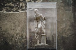 Η Αφροδίτη με το μπικίνι. Με αυτόν τον τρόπο θέλησαν οι Ιταλοί να τιμήσουν την Διεθνή Ημέρα της Γυναίκας. Το άγαλμα της Αφροδίτης που λύνει το σανδάλι της  ενώ στο κορμί της υπάρχουν ζωγραφισμένα κομμάτια από δαντέλα, μεταφέρθηκε από το Εθνικό Μουσείο της Νάπολης στην Πομπηία ειδικά για αυτόν τον λόγο και προς μεγάλη χαρά των επισκεπτών.  EPA/CESARE ABBATE