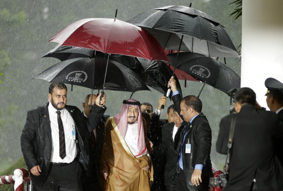 Πλούσιος και στεγνός. Σε επίσημη επίσκεψη στην Ινδονησία, βρίσκεται ο βασιλιάς της Σαουδικής Αραβίας. Ο πάμπλουτος Salman Abdulaziz Al-Saud δημιούργησε αίσθηση για τις κυλιόμενες σκάλες του αεροσκάφους του και τον όγκο των αποσκευών του. Αξίζει όμως να ρίξει κανείς και μια ματιά για το πως κατέφτασε στο προεδρικό μέγαρο στην Bogor της Δυτικής Ιάβας εν μέσω μουσώνων και μουσκεμένων σωματοφυλάκων· ολόστεγνος. EPA/ACHMAD IBRAHIM
