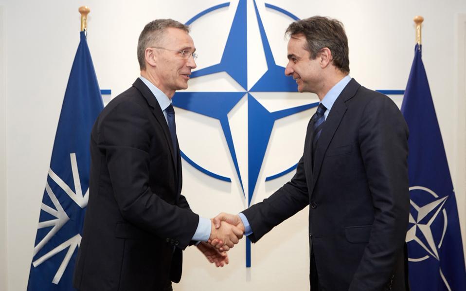 Θερμή χειραψία του Κυρ. Μητσοτάκη με τον γενικό γραμματέα του ΝΑΤΟ Γ. Στόλτενμπεργκ, στις Βρυξέλλες.