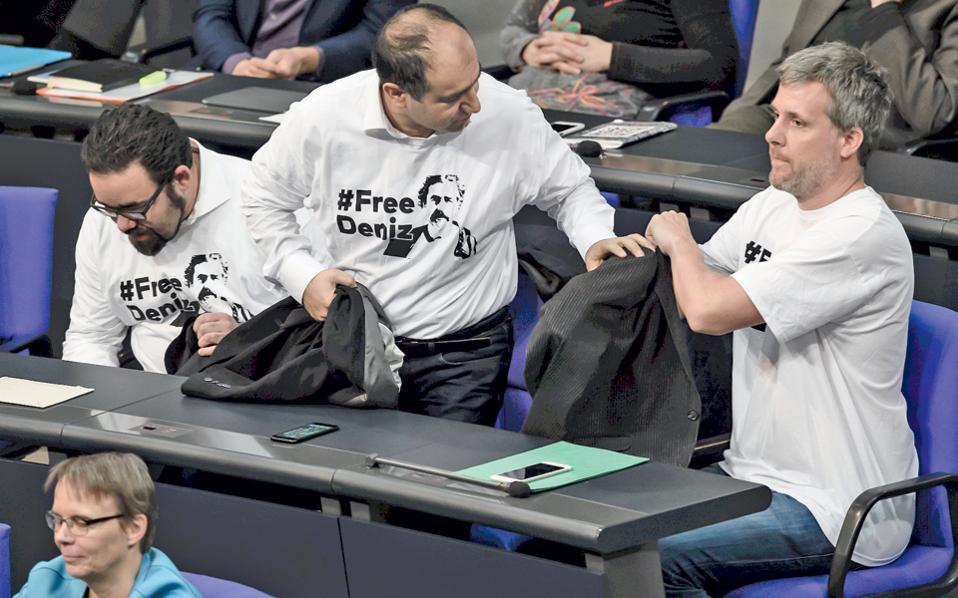Βουλευτές των Γερμανών Πρασίνων διαμαρτυρήθηκαν χθες στην Μπούντεσταγκ για τη συνεχιζόμενη κράτηση του Τουρκογερμανού δημοσιογράφου Ντενίζ Γιουτζέλ από τις τουρκικές Αρχές.