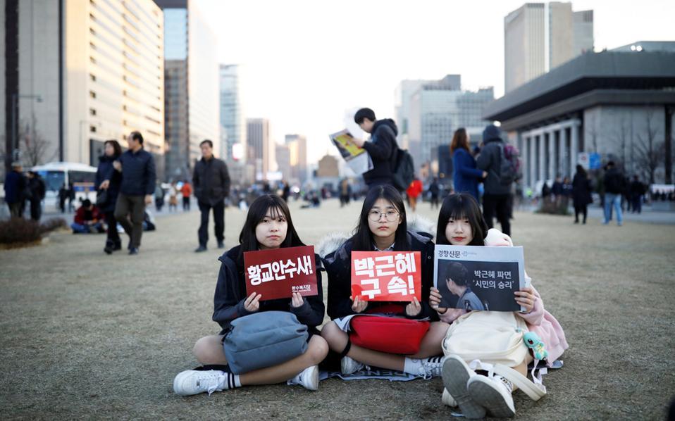 Φοιτήτριες διαδηλώνουν με αίτημα την καθαίρεση της προέδρου της Νότιας Κορέας Παρκ Γκιουν Χιε, στο κέντρο της Σεούλ.