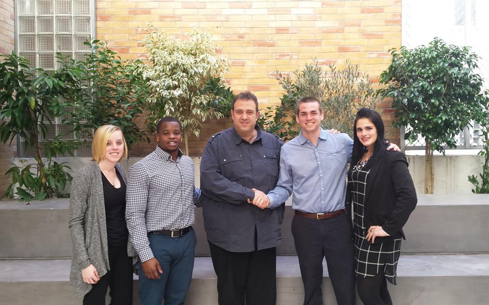 Φοιτητές του αμερικανικού πανεπιστημίου ALBA με Ελληνα επιχειρηματία. Περισσότεροι από 200 Αμερικανοί φοιτητές έκαναν πρακτική στη χώρα μας, στηρίζοντας 65 ελληνικές μικρές επιχειρήσεις. Οι φοιτητές είχαν μοναδικές εμπειρίες πάνω στις ιδιομορφίες της ελληνικής κρίσης και οι επιχειρήσεις έλαβαν δωρεάν συμβουλές για ζητήματα που τους απασχολούσαν.