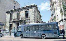 Ανδρες των ΜΑΤ έξω από το κτίριο της οδού Αλκιβιάδου 4, στην Αχαρνών, που τελούσε υπό κατάληψη για τη στέγαση προσφύγων και εκκενώθηκε χθες τα ξημερώματα από την αστυνομία. Στο κτίριο έμεναν 127 άτομα, μεταξύ των οποίων 37 παιδιά. Μέχρι αργά χθες το βράδυ, στελέχη του υπουργείου Μεταναστευτικής Πολιτικής αναζητούσαν χώρους για τη στέγασή τους. Χθες το πρωί, αστυνομικές δυνάμεις μπήκαν και στη βίλα Ζωγράφου, που τελούσε υπό κατάληψη από το 2012. Επτά άτομα συνελήφθησαν, ενώ μικροεπεισόδια σημειώθηκαν το βράδυ στου Ζωγράφου, έπειτα από συγκέντρωση αντιεξουσιαστών κατά των εκκενώσεων των καταλήψεων.