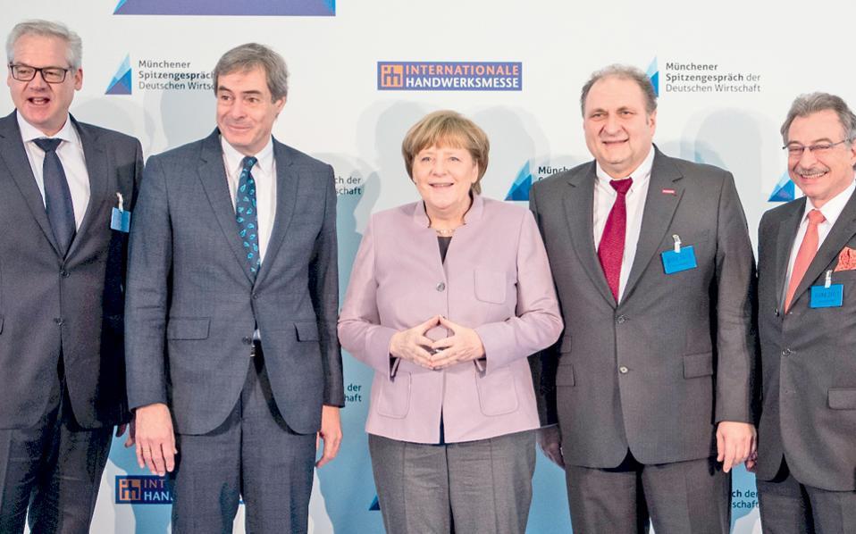 Η Αγκελα Μέρκελ περιστοιχίζεται από εκπροσώπους του γερμανικού, βιομηχανικού κόσμου, στην αναμνηστική φωτογραφία από οικονομική διάσκεψη που έλαβε χώρα χθες, στο Μόναχο.
