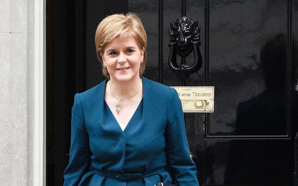 «Αν η Σκωτία πρόκειται να έχει μία πραγματική επιλογή, τότε αυτή η επιλογή πρέπει να προσφερθεί μεταξύ του φθινοπώρου της επόμενης χρονιάς και της άνοιξης της μεθεπόμενης», δήλωσε χθες η πρωθυπουργός της Σκωτίας, Νίκολα Στέρτζον.