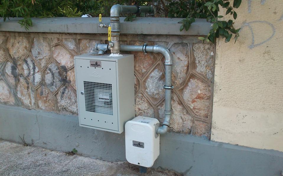 Σύμφωνα με την ΕΔΑ Αττικής το κόστος σύνδεσης στο δίκτυο φυσικού αερίου ανέρχεται σε 3.000 ευρώ για μια πολυκατοικία και 750 ευρώ για ένα διαμέρισμα.