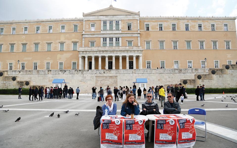 Αξιολύπητοι! Η ΑΝΤΑΡΣΥΑ νοσταλγεί την πλατεία των Αγανακτισμένων. Σημειωτέον ότι οι τουρίστες που διακρίνονται πίσω από το καραγκιοζίστικο σκηνικό είναι τουλάχιστον τετραπλάσιοι σε αριθμό από εκείνους που παρακολούθησαν τη συνέντευξη. (Και οι οποίοι, δημοσιογράφοι και τεχνικοί ως επί το πλείστον, το έκαναν επειδή ήταν η δουλειά τους και ήσαν υποχρεωμένοι να το κάνουν...)