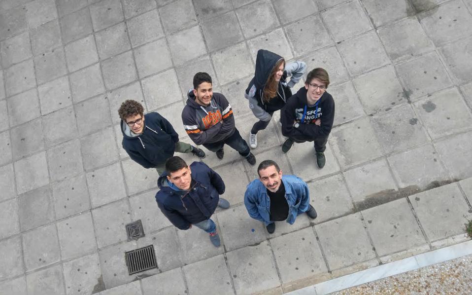 Η ομάδα του 3ου Γενικού Λυκείου Μυτιλήνης, που θα λάβει μέρος στον φετινό διαγωνισμό. Μαθητές του ίδιου λυκείου είχαν κατακτήσει το 2014 στη Νορβηγία τη δεύτερη θέση στον διαγωνισμό Διαστήματος CanSat.