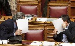 Να, επιτέλους, που έκανε και κάτι σωστό. Ετσι πρέπει να κυκλοφορεί ο Πολάκης (αριστερά). Με το πρόσωπό του κρυμμένο...