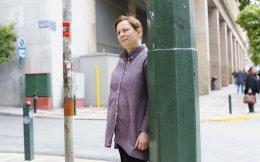 H βραβευμένη με Μπούκερ Ιρλανδή συγγραφέας Αν Ενραϊτ φωτογραφήθηκε με φόντο την οδό Σταδίου χθες το μεσημέρι.