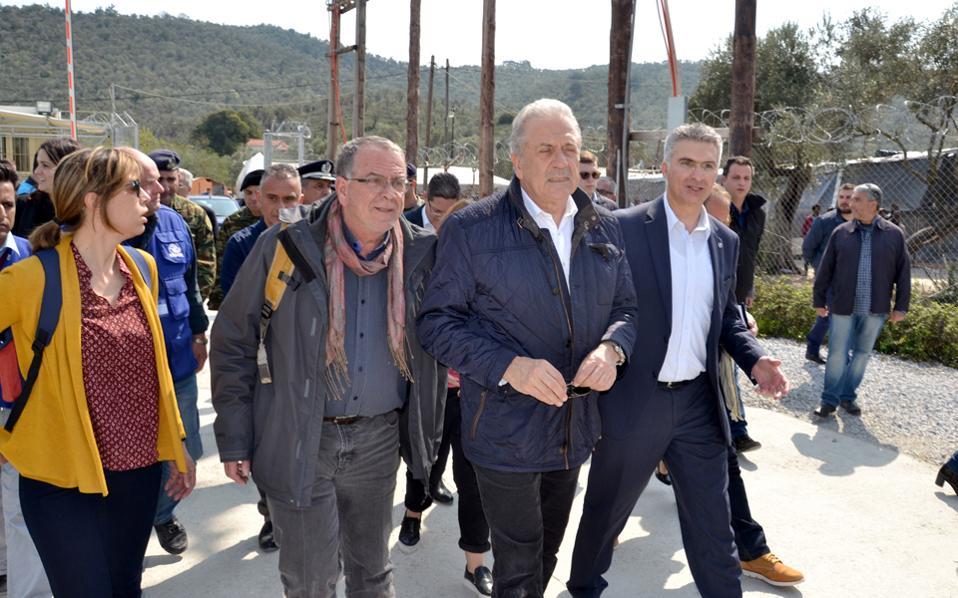 Ο Ευρωπαίος επίτροπος Μετανάστευσης, Δημήτρης Αβραμόπουλος, επισκέφθηκε τη Μόρια, συνοδευόμενος από τον υπουργό Εσωτερικών της Μάλτας Καρμέλο Αμπέλα και τον υπουργό Μεταναστευτικής Πολιτικής Γιάννη Μουζάλα.