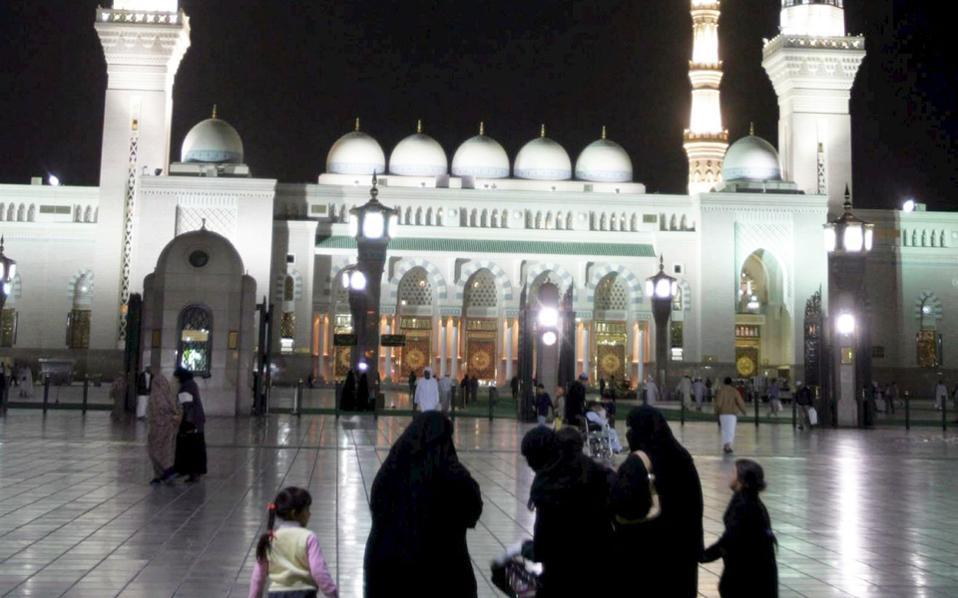 Μουσουλμάνες στην ιερή πόλη Μεδίνα στη Σαουδική Αραβία.