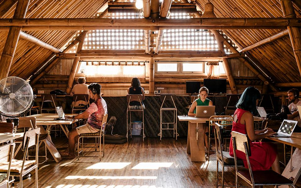 Tο co-working κλαμπ Ubud στο Μπαλί αποτελεί τόπο εργασίας για τους ψηφιακούς νομάδες.
