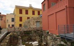 Τα «Αθηναϊκά» περιηγήθηκαν στην «Αυλή των θαυμάτων» στην Πλάκα, έναν κρυφό δαίδαλο που θα φιλοξενήσει μελλοντικά το ΜΕΛΤ.