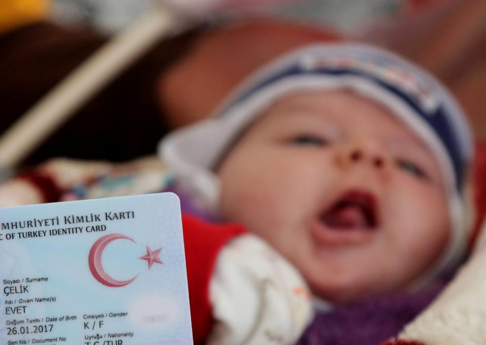 Evet. Δεν χρειάζεται να  πουν τι θα ψηφίσουν στο επερχόμενο δημοψήφισμα οι γονείς της εικονιζόμενης μπέμπας από την Ergani κοντά στο Diyarbakir της Τουρκίας. Και αυτό γιατί αποφάσισαν να βαφτίσουν την κόρη τους Εvet (ναι), ότι δηλαδή προτρέπει ο Erdogan να κάνουν οι Τούρκοι πολίτες. Μεταξύ μας πάντως μια γυναίκα που την λένε Ναι σε ένα μουσουλμανικό κράτος, μάλλον δύσκολα θα τα βρει τα πράγματα, όση πίστη και να έχει στον Erdogan.  REUTERS/Sertac Kayar