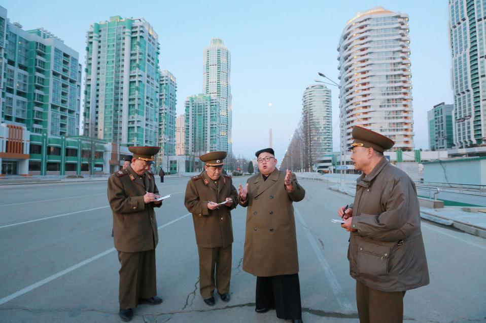 Ονειρα για το μέλλον. Αυτοκίνητα δεν έχουνε, ούτε και πολυεθνικές αλλά ο ίδιος ο μεγάλος ηγέτης  Kim Jong Un επέβλεψε την λεωφόρο Ryomyong Street στην Pyongyang της Βορείου Κορέας. KCNA/via Reuters