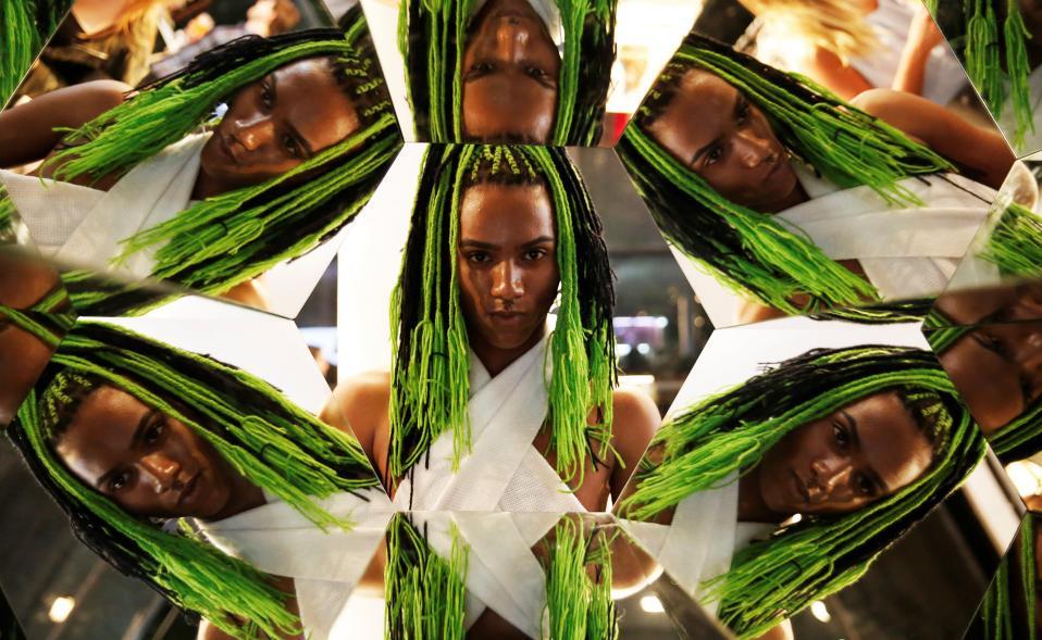 Μόδα και θύματα. Την εβδομάδα μόδας του Sao Paulo παρακολούθησαν επαγγελματίες και εραστές της μόδας. Ανάμεσα σε αυτούς και μερικοί φανατικοί που ο φωτογράφος του Reuters αποφάσισε να απαθανατίσει σε πολλαπλά πορτρέτα μέσω καθρεπτών. REUTERS/Nacho Doce