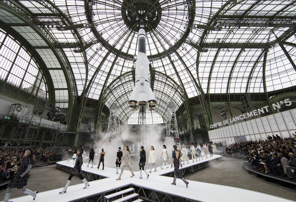 Διαστημική μόδα. Για άλλη μια χρονιά ο διάσημος οίκος Chanel αποδεικνύει ότι είναι πάντα ένα βήμα μπροστά σε πολυτέλεια από τους άλλους, στην διάρκεια της Εβδομάδας Μόδας του Παρισιού. Η επίδειξη ήταν τουλάχιστον φαντασμαγορική, με θέμα το διάστημα και στο κεντρικό σημείο του Grand Palais ένας πύραυλος ήταν έτοιμος να εκτοξευτεί. Στο τιμόνι, όπως πάντα, ο Γερμανός μόδιστρος Karl Lagerfeld, που χρόνια τώρα κρατά την Chanel πραγματικά απογειωμένη. EPA/IAN LANGSDON