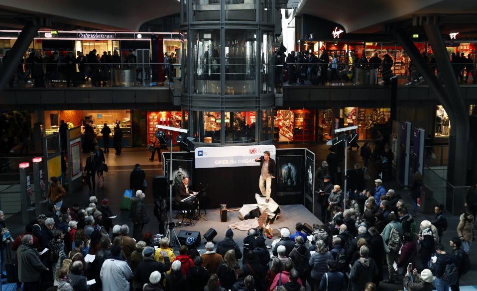 Στάσου για λίγη όπερα. Στον κεντρικό σιδηροδρομικό σταθμό του Βερολίνου ερμήνευσε ο βαρύτονος  Christoph von Weitzel το «Χειμωνιάτικο Ταξίδι» του Franz Schubert στο πλαίσιο της εκδήλωσης «Οπερα για τους αστέγους» που διοργάνωσε η φιλανθρωπική οργάνωση «Berliner Stadtmission».  EPA/FELIPE TRUEBA