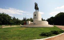 Η documenta 14 ενεργοποιεί πάνω από 40 χώρους της Αθήνας κλειστούς και υπαίθριους, όπως το Πεδίον του Αρεως (επάνω), που αποτελεί ένα από τα σημεία της περφόρμανς «Εκστρατεία ψιθύρων».