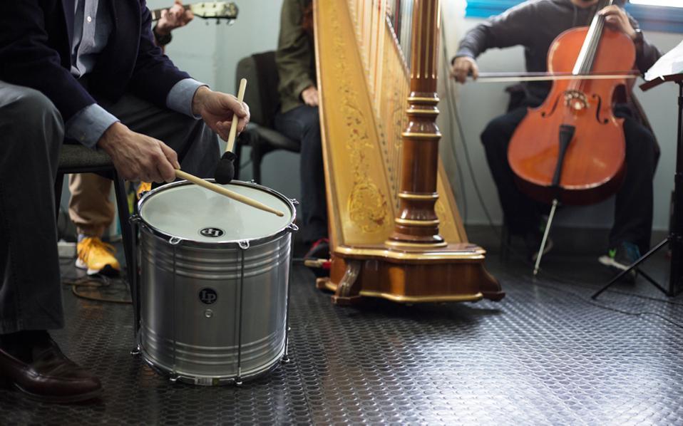 Η χθεσινή εκδήλωση στις φυλακές Κορυδαλλού ήταν η πρώτη του μουσικού συνόλου που συγκρότησαν κρατούμενοι από τέσσερις πτέρυγες του καταστήματος, άνθρωποι από 18 έως 60 ετών.