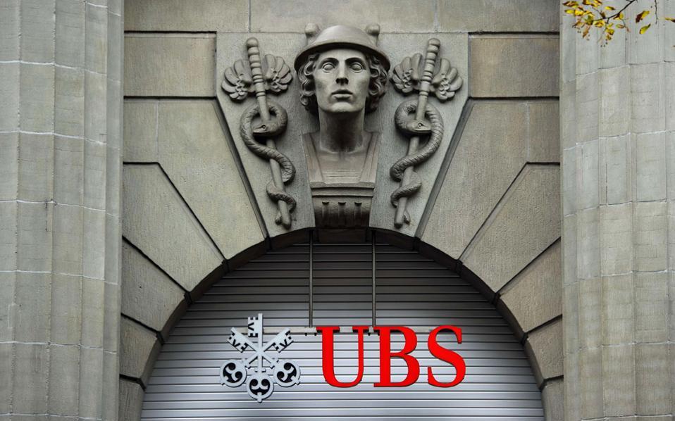Η UBS και η Credit Suisse επιβάλλουν αρνητικά επιτόκια σε ορισμένους εύπορους πελάτες και θεσμικούς επενδυτές, αλλά κανείς δεν αποθαρρύνεται από αυτήν την πολιτική.